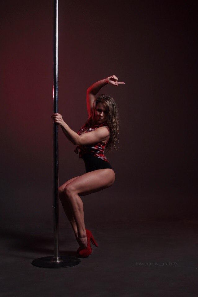 devushki-eroticheskiy-striptiz-tanets-pod-muzikoy-gigantskiy